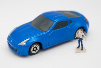 青い車と男性