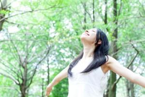 深呼吸する女性